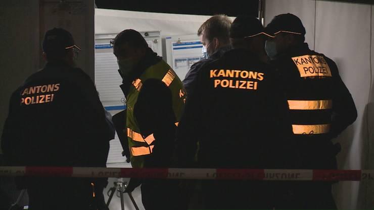 Als ein 68-jähriger Mann mit einem Messer auf ihn zustürmte, schoss ein Polizist fünfmal auf ihn – der Vorfall wird untersucht.