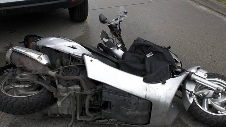 Ein 53-jähriger Rollerfahrer ist bei einem Zusammenprall mit einem Lastwagen in Villeneuve VD noch auf der Unfallstelle verstorben. (Archivfoto)