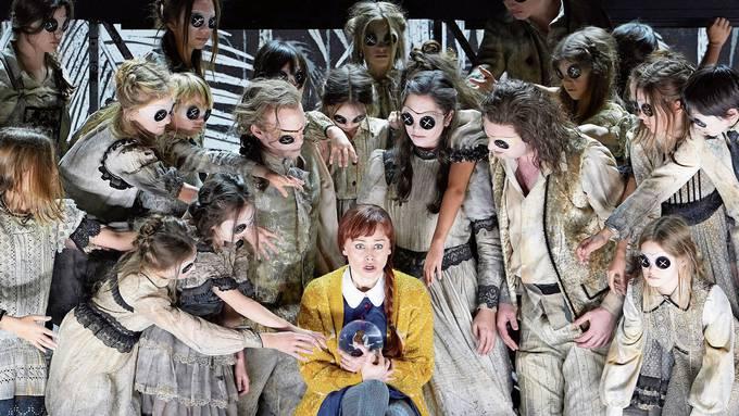 Von Gespenstern umzingelt: Deanna Breiwick als Coraline in der gleichnamigen Familienoper am Opernhaus Zürich. Bild: Herwig Prammer