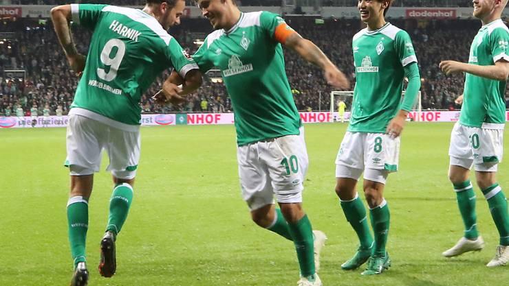 Bremen tanzt: Werders Torschützen Martin Harnik (zum 1:0) und Max Kruse (zum 3:1) im Freudentaumel