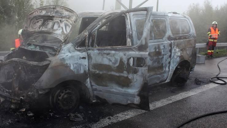 Das komplett ausgebrannte Fahrzeug hat nur noch Schrottwert.
