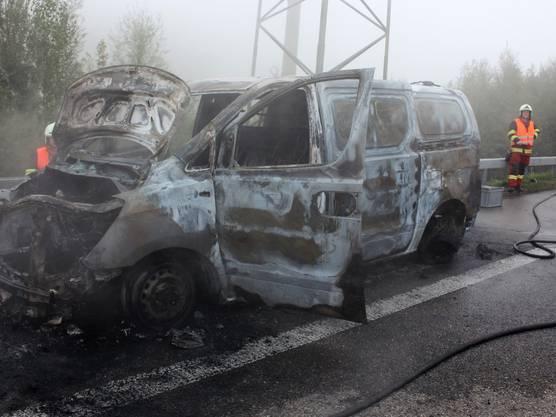 Auf der A3 hat ein Lieferwagen Feuer gefangen. Der Fahrer fuhr auf den Pannenstreifen und konnte unverletzt aussteigen. Der Wagen brannte komplett aus.
