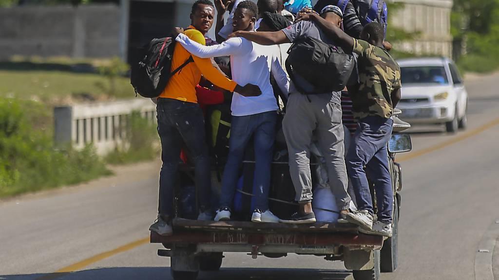 Menschen verlassen das vom Erdbeben betroffene Gebiet in Haiti in einem Pickup. Foto: Joseph Odelyn/AP/dpa