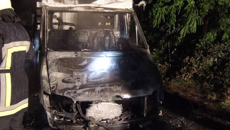 Lieferwagen von Flammen zerstört. (Kapo BL)
