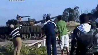 In Syrien stehen Protestierende Panzern gegenüber