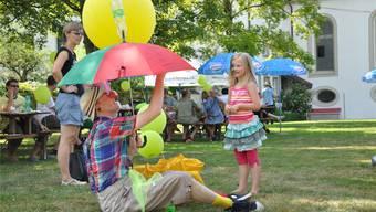 Gehört zur Tradition: Clown Freddy bringt die Kinder mit seinen Showeinlagen zum Lachen. zvg