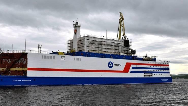 """Die """"Akademik Lomonossow"""", das erste schwimmende Atomkraftwerk, im Hafen von Murmansk. Die Anlage soll im August in den äussersten Nordosten Russlands geschleppt werden."""