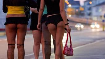Prostituierte bieten sich auf dem Strassenstrich an am Sihlquai in Zuerich, am Dienstag, 10. April 2010. (KEYSTONE/Alessandro Della Bella) === NO SALES, NO ARCHIVES ===