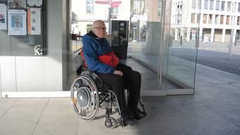 Erich Mösch vor dem Eingang zum Eisi-Parkhaus, wo sich auch das Behinderten-WC befindet.