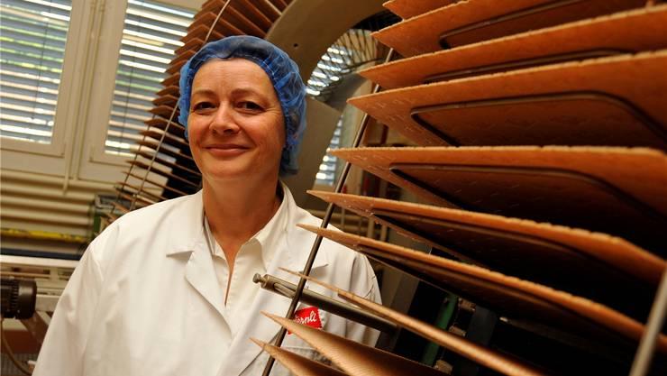 Wernli-Chefin Marianne Wüthrich zeigt die Waffel-Produktion nach alter Rezeptur.