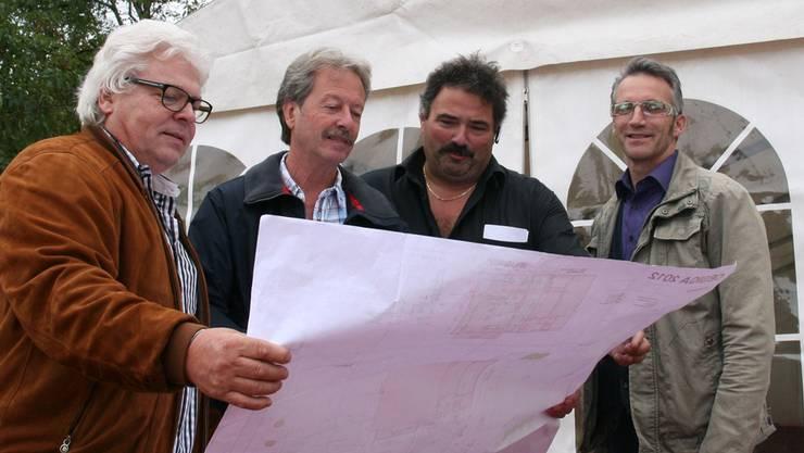 Jörg Forster, OK-Präsident, Willy Amsler, OK-Mitglied, René Roth, Vizepräsident und Gert Schüpbach, Musiker, überprüfen den Geländeplan.britta gfeller