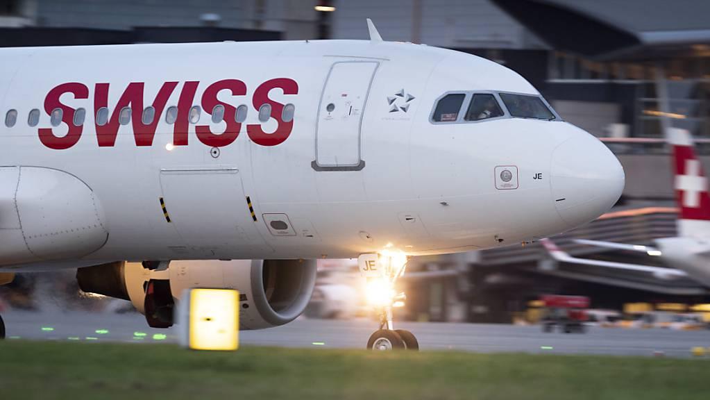 Die Swiss stockt auch die hohen Pilotenlöhne auf, die oberhalb der Kurzarbeits-Bemessungsgrenze von 12'350 Franken liegen. Damit sind 80 Prozent des Einkommens der Piloten in Kurzarbeit garantiert. (Archivbild)