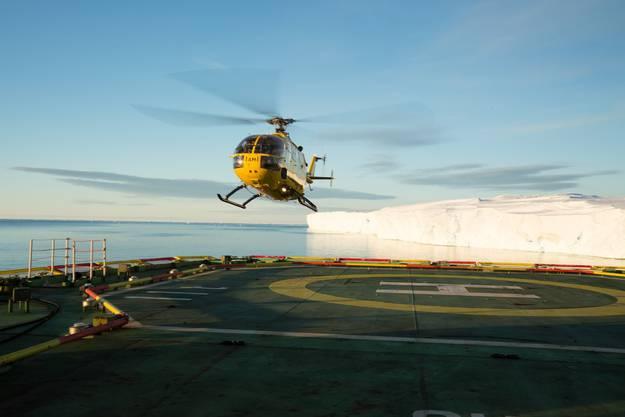 Der Helikopter dient als Taxi zwischen dem Schiff und den Forschungspositionen.