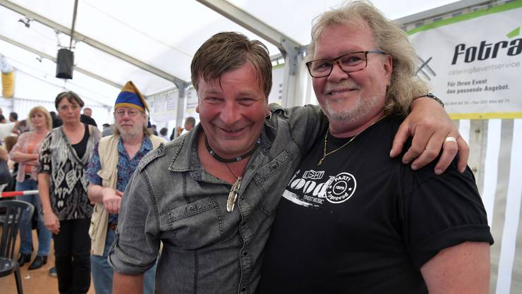 Nach der Präsentation des Grenchner Lieds gratuliert George (links) dem Autor Kurt Moos Gilomen.
