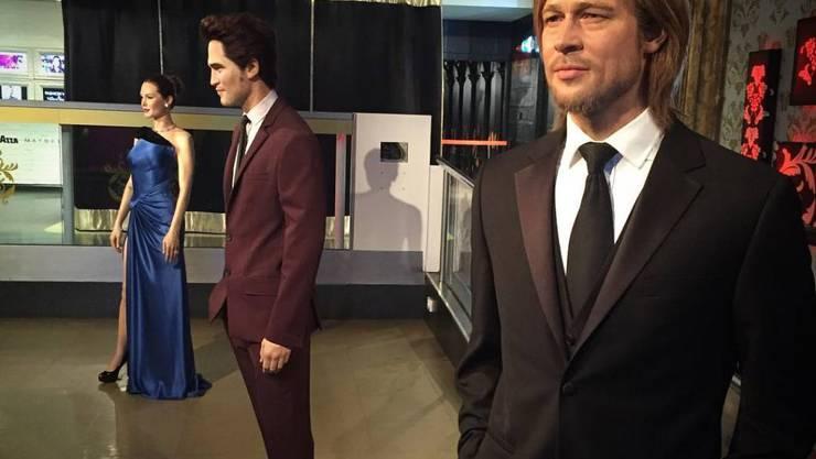 Bei Madame Tussauds muss Robert Pattinson schlichten: Das Wachsfigurenkabinett hat die Figur des Schauspielers vorsichtshalber zwischen jene von Brad Pitt und Angelina Jolie gestellt. (Bild Twitter)