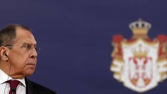 Sergej Lawrow, Außenminister von Russland, nimmt an einer gemeinsamen Pressekonferenz mit dem serbischen Präsidenten Vucic teil. Lawrow befindet sich auf einem zweitägigen Besuch in Serbien. Foto: Darko Vojinovic/AP/dpa