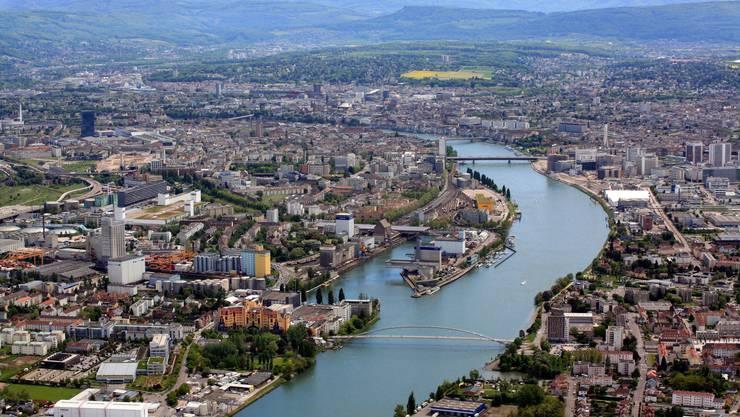 Die trinationale Region Basel ist hoch verflochten. Die gelborangen Häuser im Vordergrund sind das Weiler Rheincenter, die Dreiländerbrücke führt von dort nach Huningue, rechts von der Dreirosenbrücke sieht man den Novartis Campus.