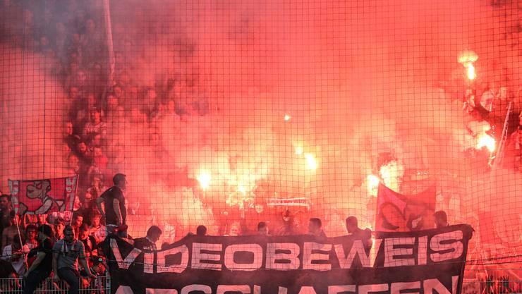 Die Fans von Union Berlin feiern den erstmaligen Aufstieg in die Bundesliga mit grossem Feuerwerk.