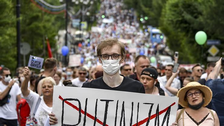 Zum 16. Mal in Folge haben Tausende Menschen in der ostrussischen Stadt Chabarowsk gegen die Inhaftierung des von Kreml-Chef Wladimir Putin entlassenen Gouverneurs Sergej Furgal protestiert.