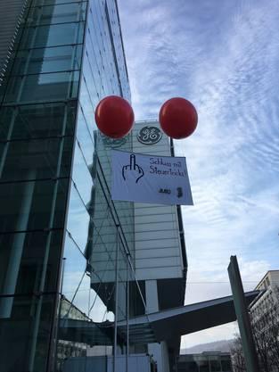 Am Wochenende liessen die JUSO Aargau ein Transparent vor dem General Electric Sitz in Baden steigen.
