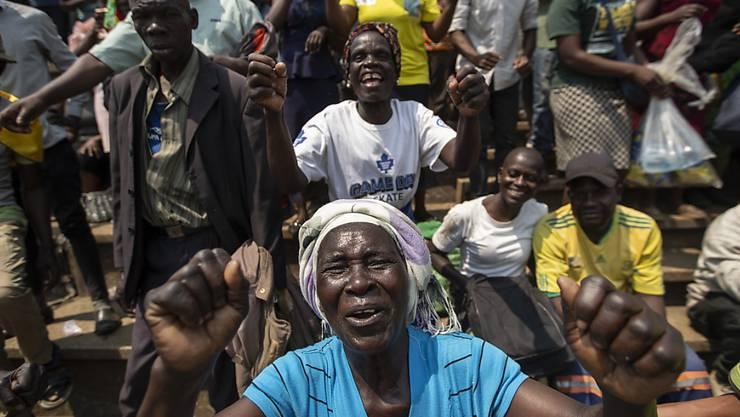 Menschen singen, während sie Schlange stehen, um von Simbabwes Ex-Präsident Robert Mugabe Abschied zu nehmen. Er wurde in einem Stadium in der Hauptstadt Harare aufgebahrt.
