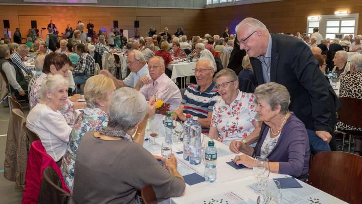 Gemeindeammann Roland Kuster begrüsst die Senioren am Herbstfest in Wettingen.