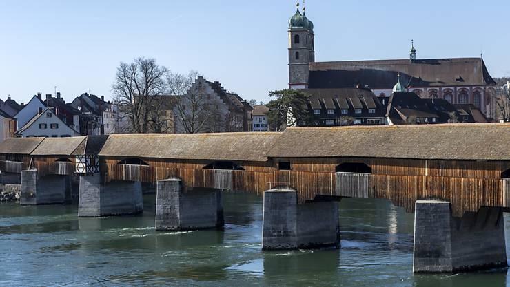 Im Rhein in der Nähe der historischen Holzbrücke zwischen Bad Säckingen D und Stein AG werden seit Donnerstagabend mutmasslich zwei Männer vermisst. (Archivbild)