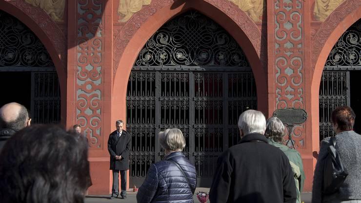 Die Basler Regierung lud die Bevölkerung in einer Mitteilung zur Teilnahme an der europaweiten Schweigeminute ein.