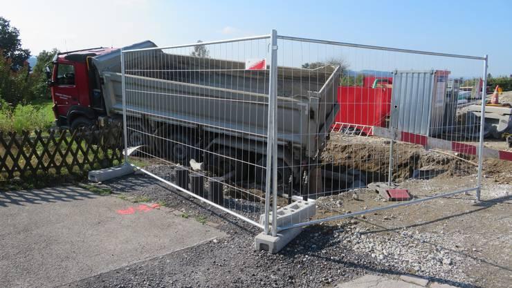 Zufikon AG, 30. September: Ein Lastwagenfahrer landet in Zufikon in einer Baugrube. Er wurde zur Kontrolle ins Spital gebracht.