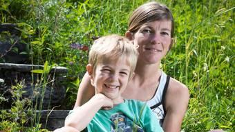Nina Brenn mit Sohn Flurin in ihrem Garten.Annika Bütschi