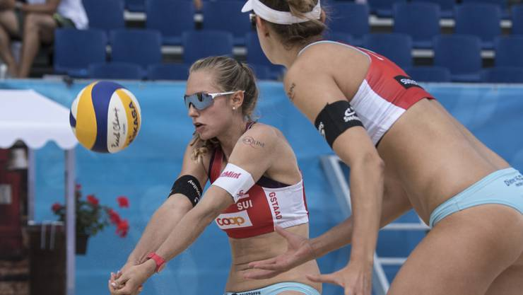 Nadine Betschart (links) und Tanja Hüberli vergaben im zweiten Spiel sechs Matchbälle und verpassten den direkten Einzug in die Achtelfinals. Nun müssen sie den Umweg über die Zwischenrunde nehmen