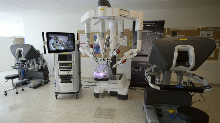 Der Operationsroboter Da Vinci operiert nicht selbstständig. Chirurgen steuern ihn mittels Joystick.