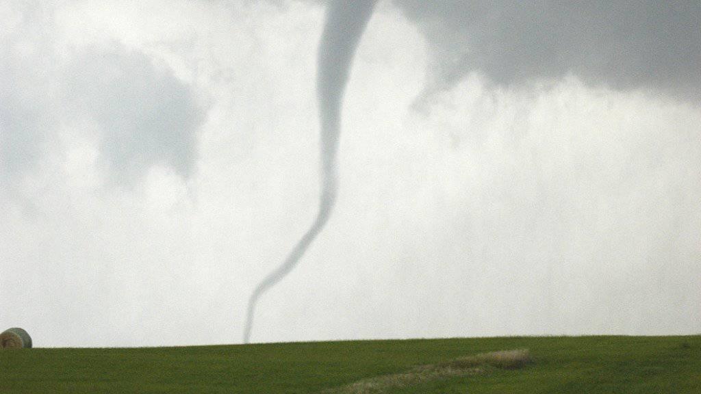 Mutmasslich eine Windhose hat in Deutschland Schäden an der Natur und an Gebäuden verursacht. (Symbolbild)