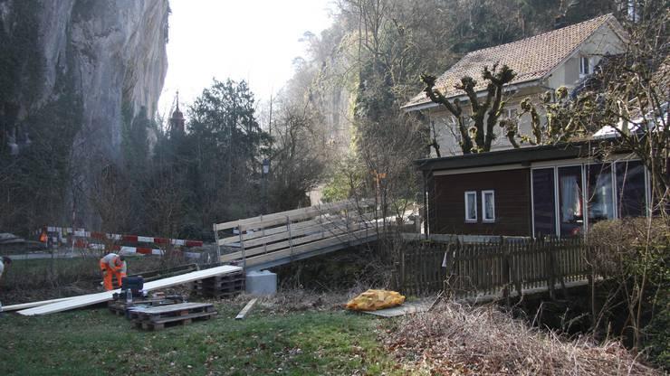 Die Notbrücke im Bau.