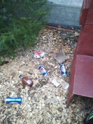 Überall liegen leere Petflaschen und Dosen.