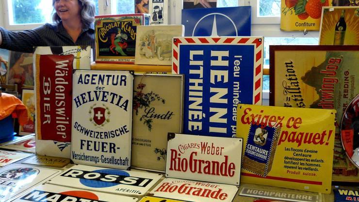 Eindrückliche Vielfalt: Werbetafeln in vielen Farben, Formen und Grössen waren zu vernünftigen Preisen zu haben. (Bild: Hanna Widmer)