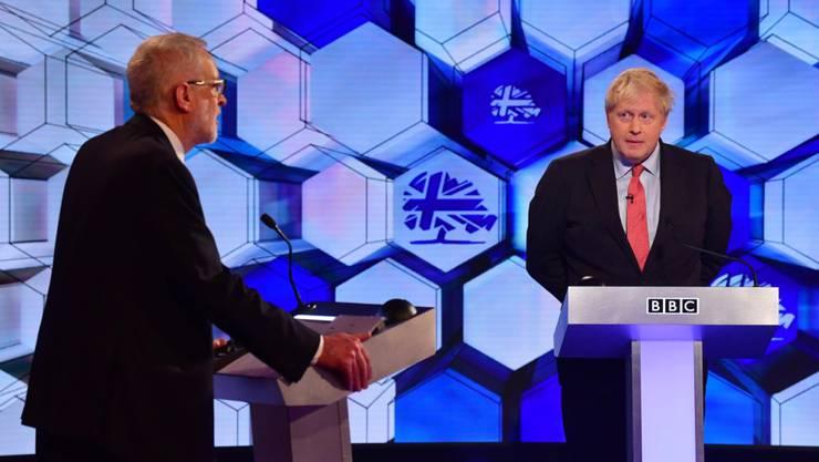 Der britische Premier Boris Johnson (rechts) musste sich beim letzten TV-Duell vor den Wahlen in Grossbritannien vom Chef der Opposition Jeremy Corbyn zahlreiche Vorwürfe zu seiner Politik anhören.