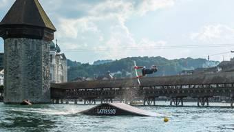Publikumsmagnet in der Reuss: Wakeboarder am diesjährigen Luzerner Fest (Foto Luzerner Fest).