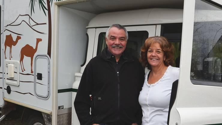 Robert und Maria Vonmüllenen vor ihrem Landrover, der für fast zwei Jahre ihr Zuhause war. ES