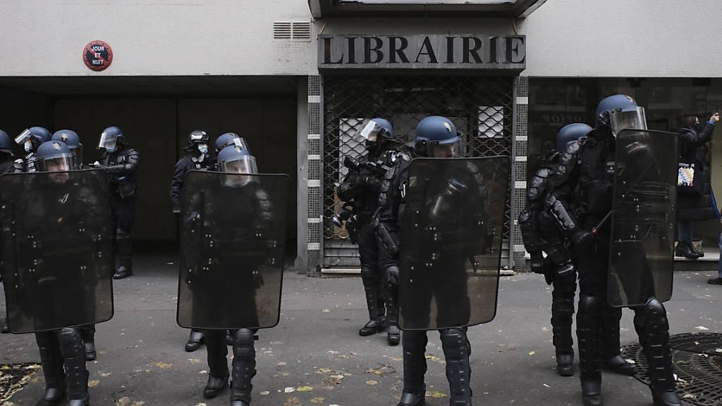 Wieder Ausschreitungen bei Demo gegen Sicherheitsgesetz in Paris