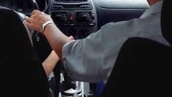 Der Vater sass während der Probefahrt auf dem Beifahrersitz (Symbolbild)