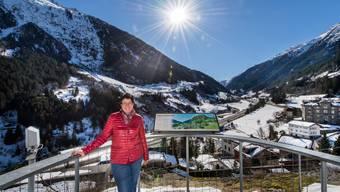 Sonnige Aussichten Lucia Lauener-Zwyer, Geschäftsführerin Alpen-Initiative, beim Aussichtspunkt bei der Kirche Wassen.
