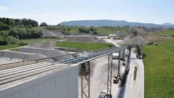Blick vom Dach auf das weitläufige Areal: Via Förderband gelangt der Rohkies ins Werksgebäude, wo er aufbereitet, gewaschen und gesiebt wird.