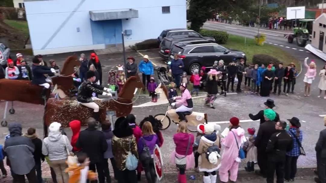 Pferderennen und Mäuseparade: Kinderfasnacht Sins 2019