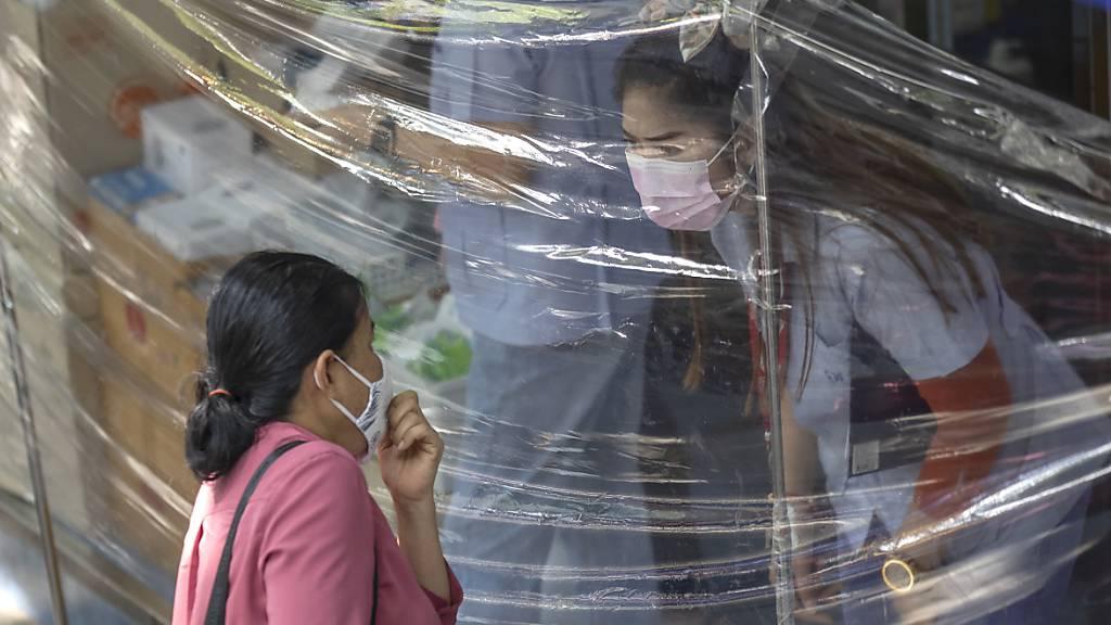 ARCHIV - Neidisch blickte die Welt bis vor kurzem auf Teile Südostasiens, wo die Corona-Pandemie scheinbar nie richtig ausgebrochen war - das ist jetzt anders. (Bild aus Bangkok) Foto: Sakchai Lalit/AP/dpa