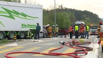 Ein 69-Jähriger krachte am Freitagabend auf der A2 bei Reiden mit seinem Auto ungebremst in einen Lastwagen. Der Lenker starb noch an der Unfallstelle, vier weitere Personen wurden verletzt.