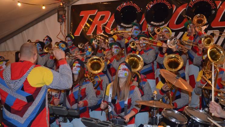 Fasnachtseröffnung in Windisch;Die Trombongos feiern Fasnachtseröffnung im Fasnachtsdorf.