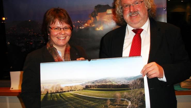 Marianne Wildi, Vorsitzende der Geschäftsleitung der Hypothekarbank Lenzburg, und Seetaltourismus-Präsident René Bossard präsentieren den neuen Kalender mit Landschaftsaufnahmen aus dem Seetal.tf