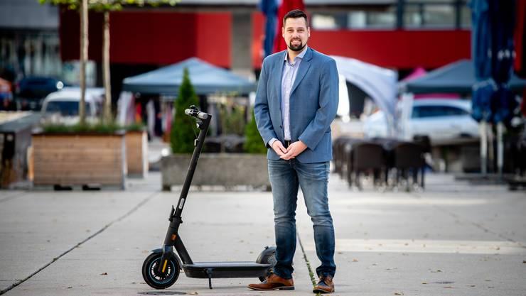 Daniel Wyss, öfters auf dem Electroscooter zu sehen, möchte mehr Ausländer für seine Partei begeistern.