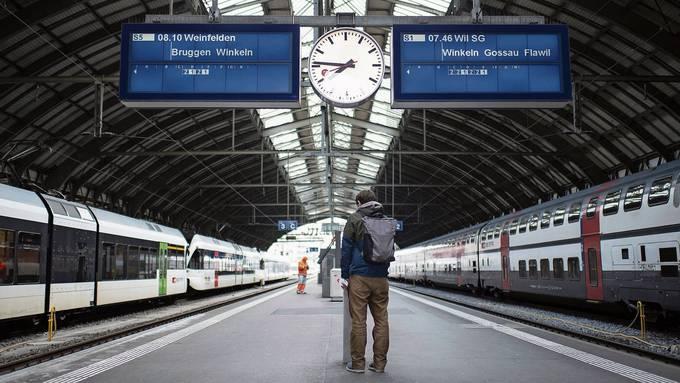 Fast leere Perrons und Züge: Der öffentliche Verkehr ist in der Schweiz fast zum Stillstand gekommen.